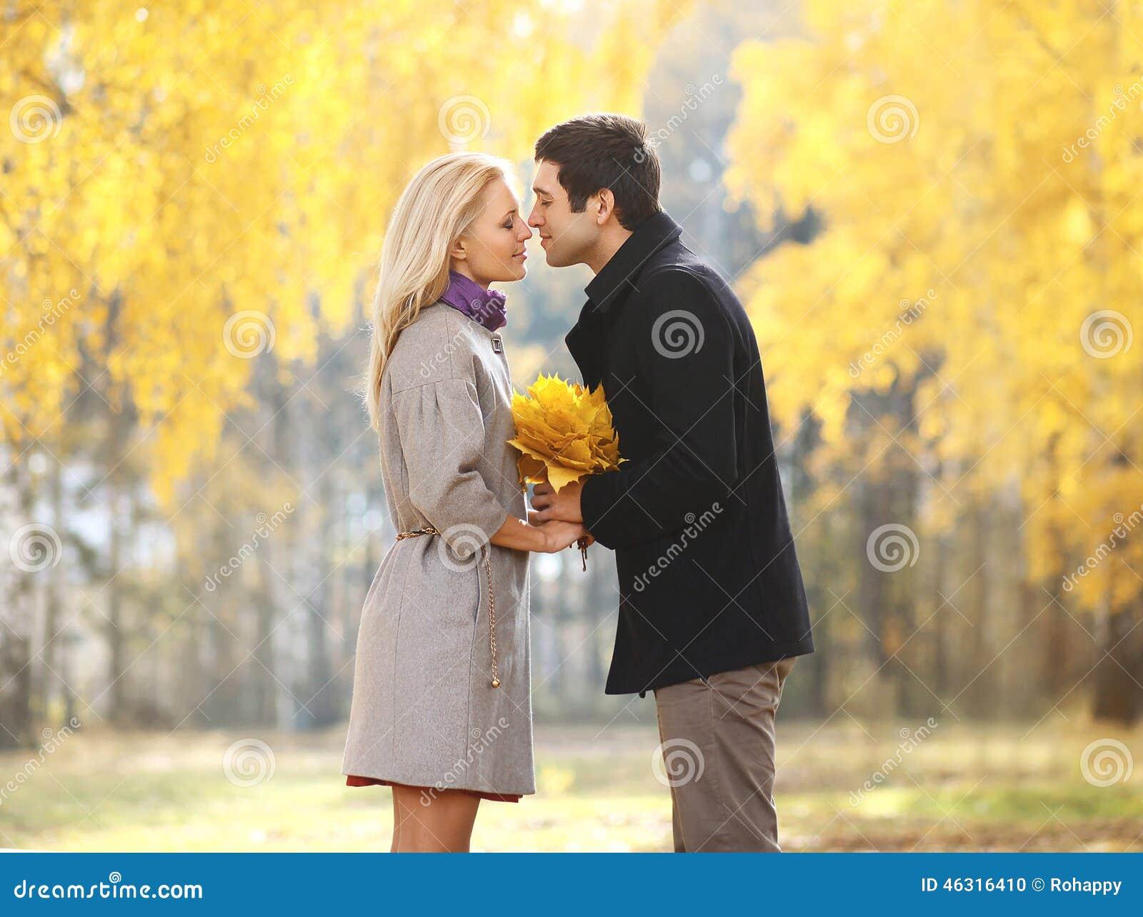 Automne, amour, relations et concept de personnes - joli couple