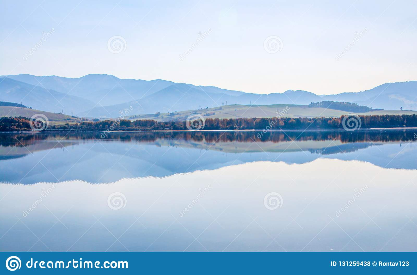 Automne dans le lac Liptovska Mara Liptovska avec la basse gamme de montagne de Tatras