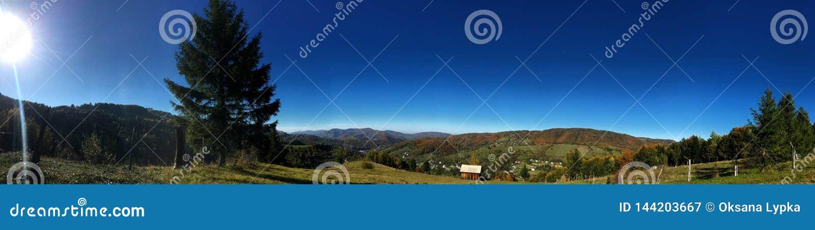 Automne dans les montagnes, panorama d un paysage montagneux sur le fond d un ciel bleu