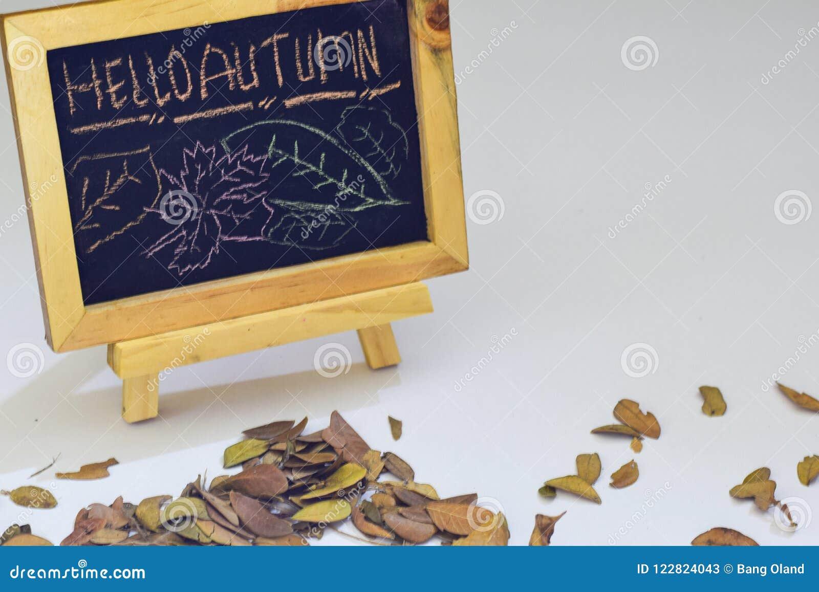 Automne de dessin de main bonjour sur le tableau L appartement saisonnier d automne étendent la photo sur le fond en bois
