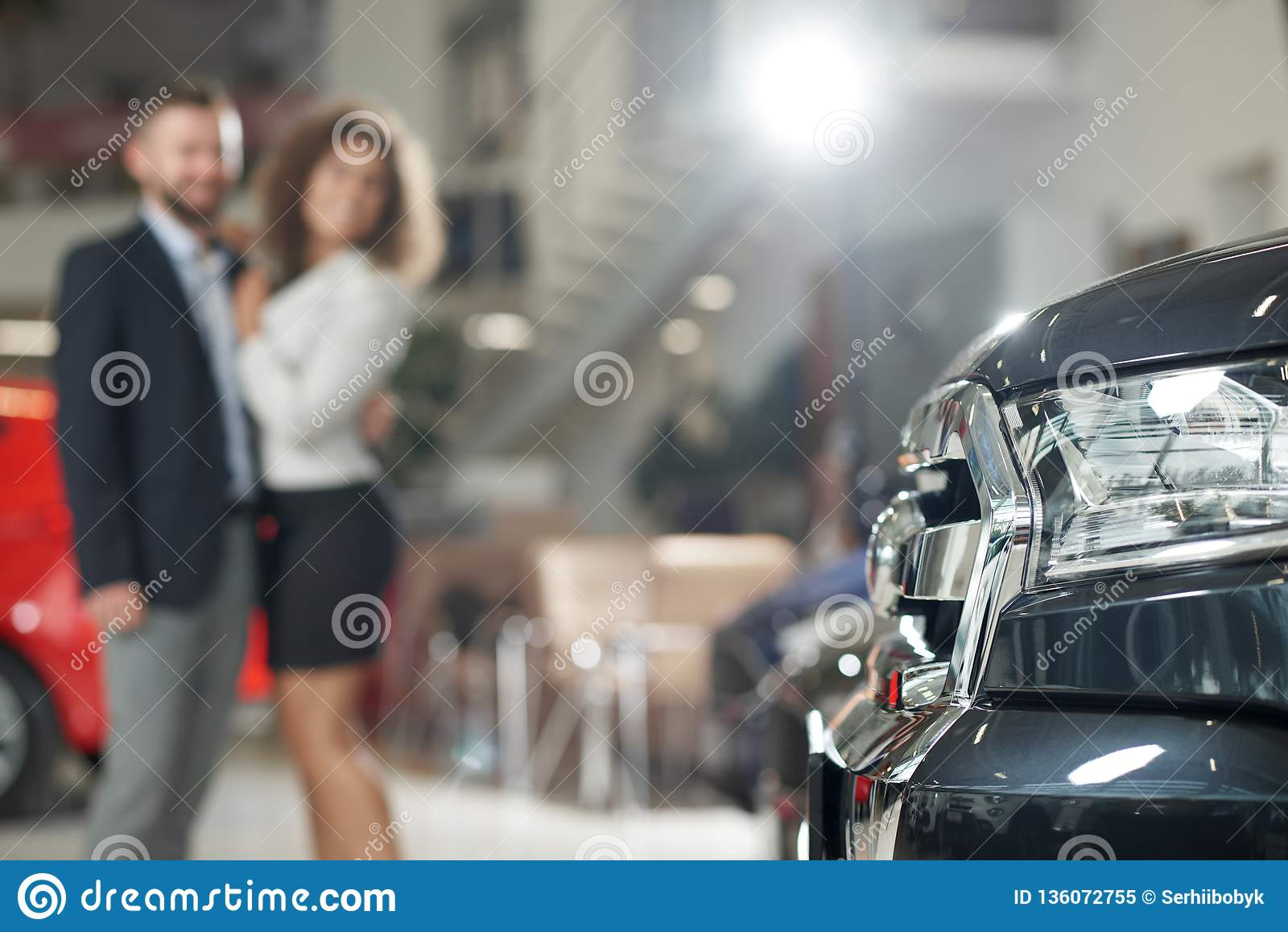Automobiel koplamp en paar die zich erachter bevinden