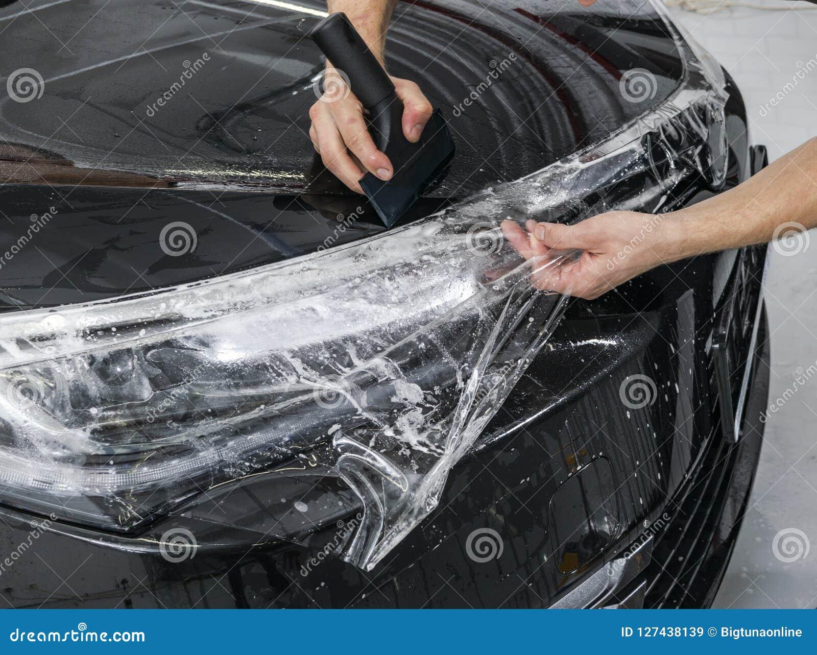 Automobile che avvolge specialista che mette la stagnola o il film del vinile sull automobile Film protettivo Applicazione del fi