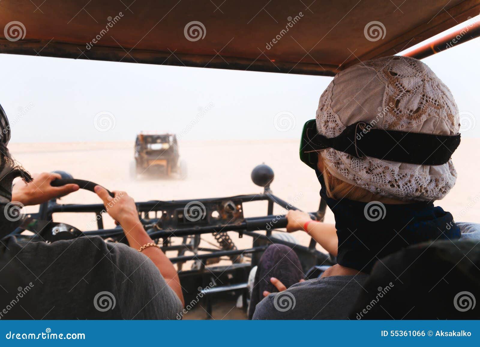 Automobile con errori di giovane guida delle coppie in deserto
