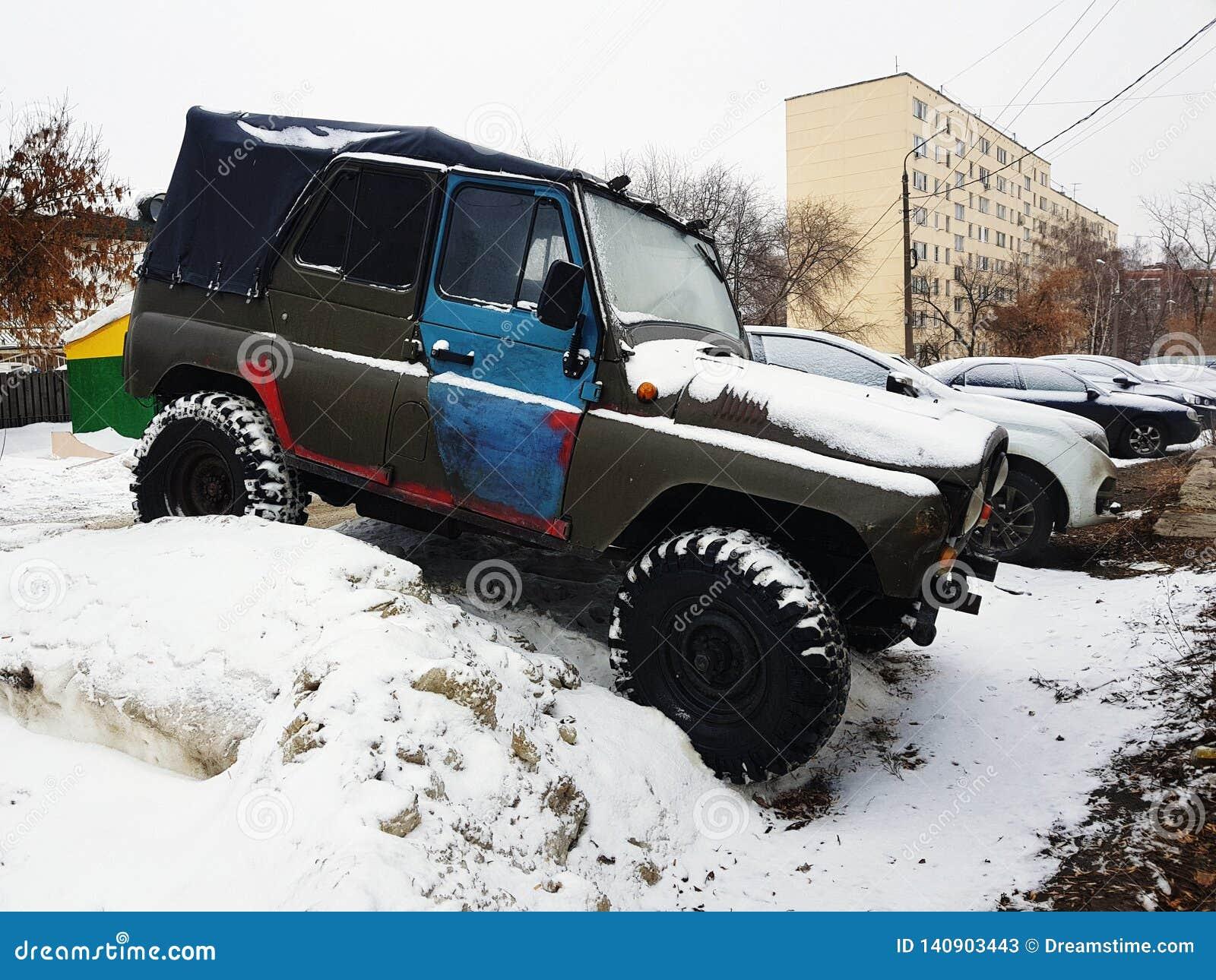 Automobile d annata con la tenda su neve
