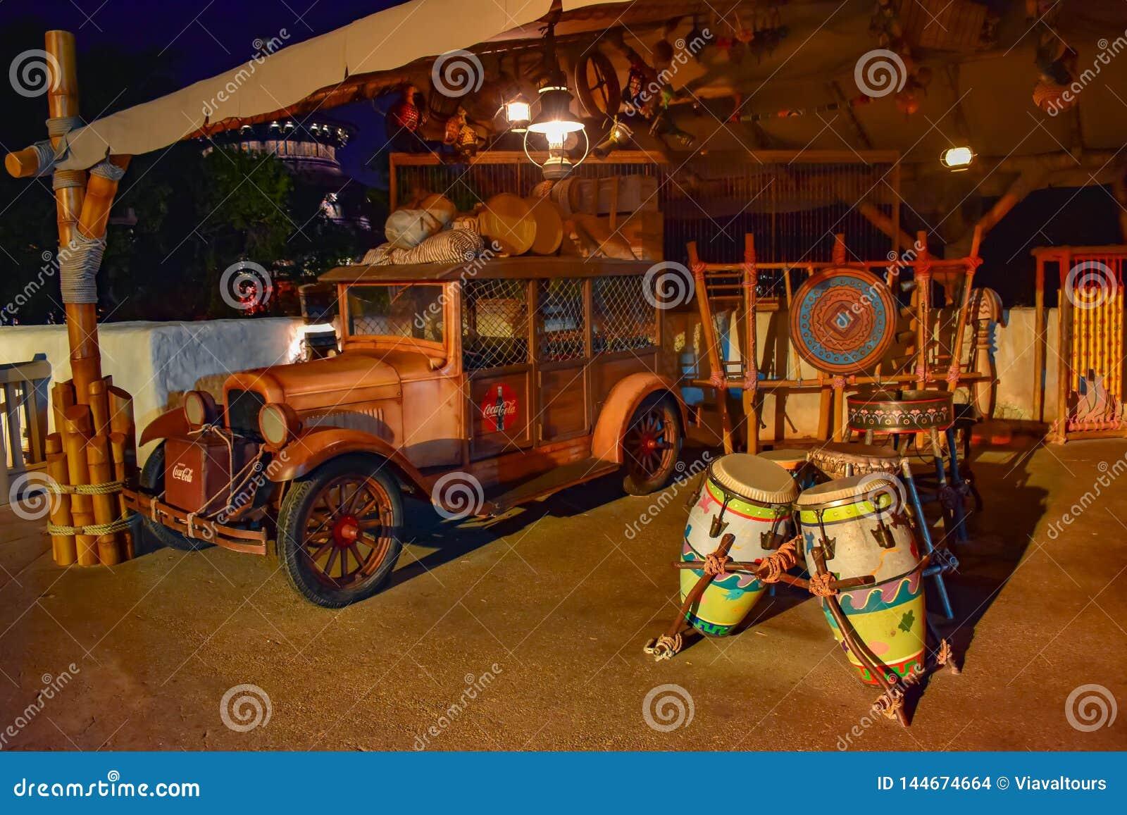 Automobile d annata e tamburi africani nel padiglione del Marocco a Epcot in Walt Disney World