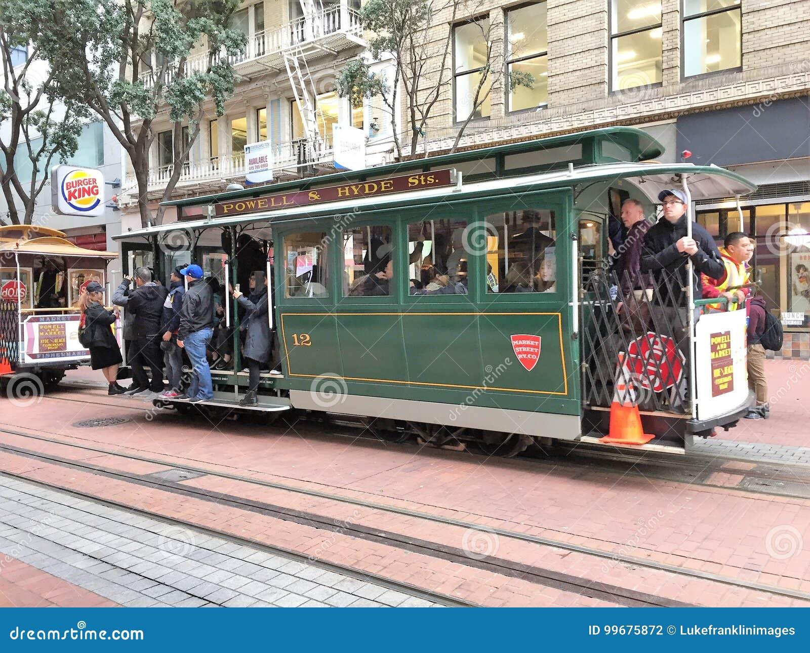 Automobile della via su Hyde Street a San Francisco