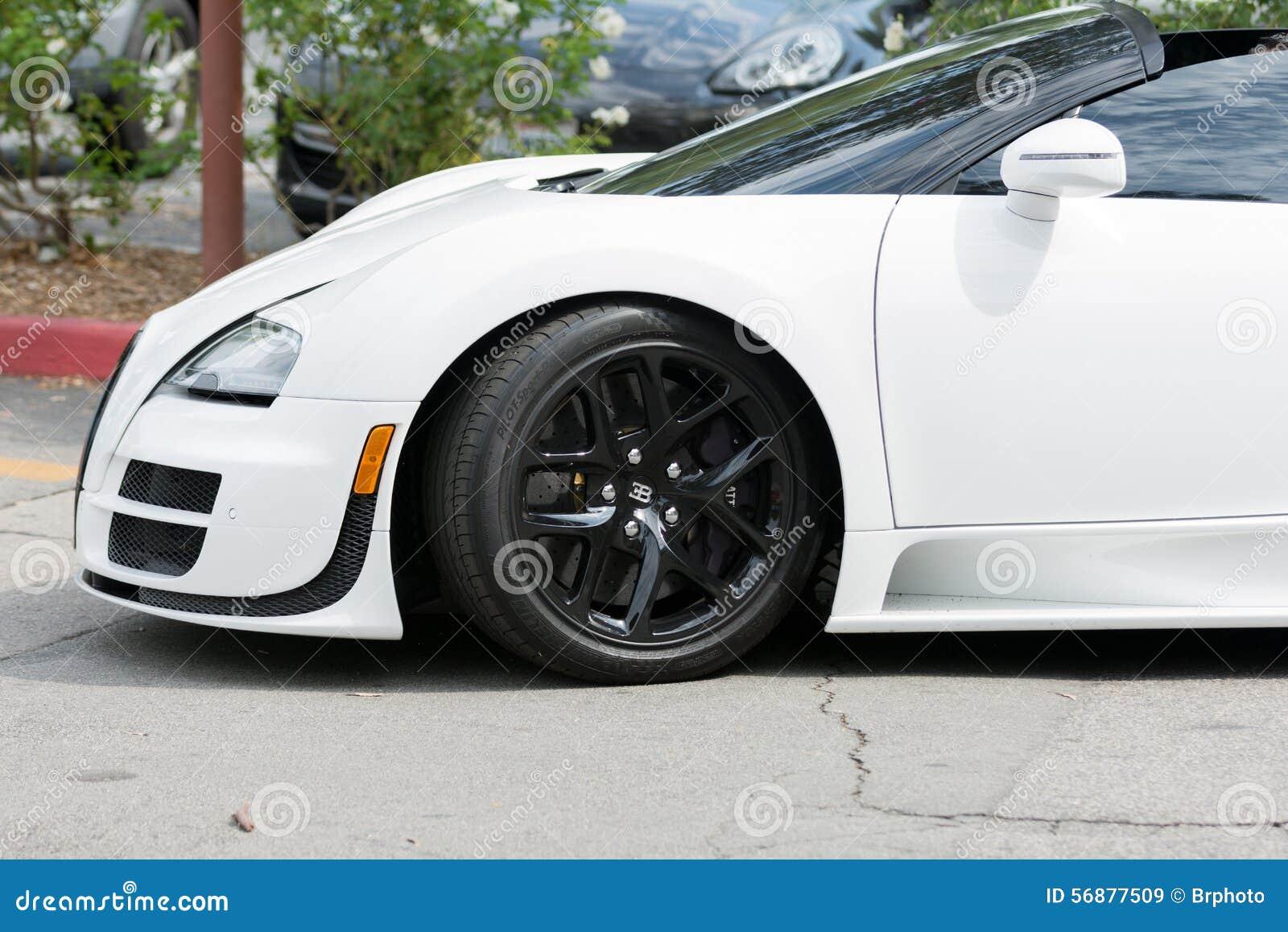 Automobile di Bugatti Veyron su esposizione