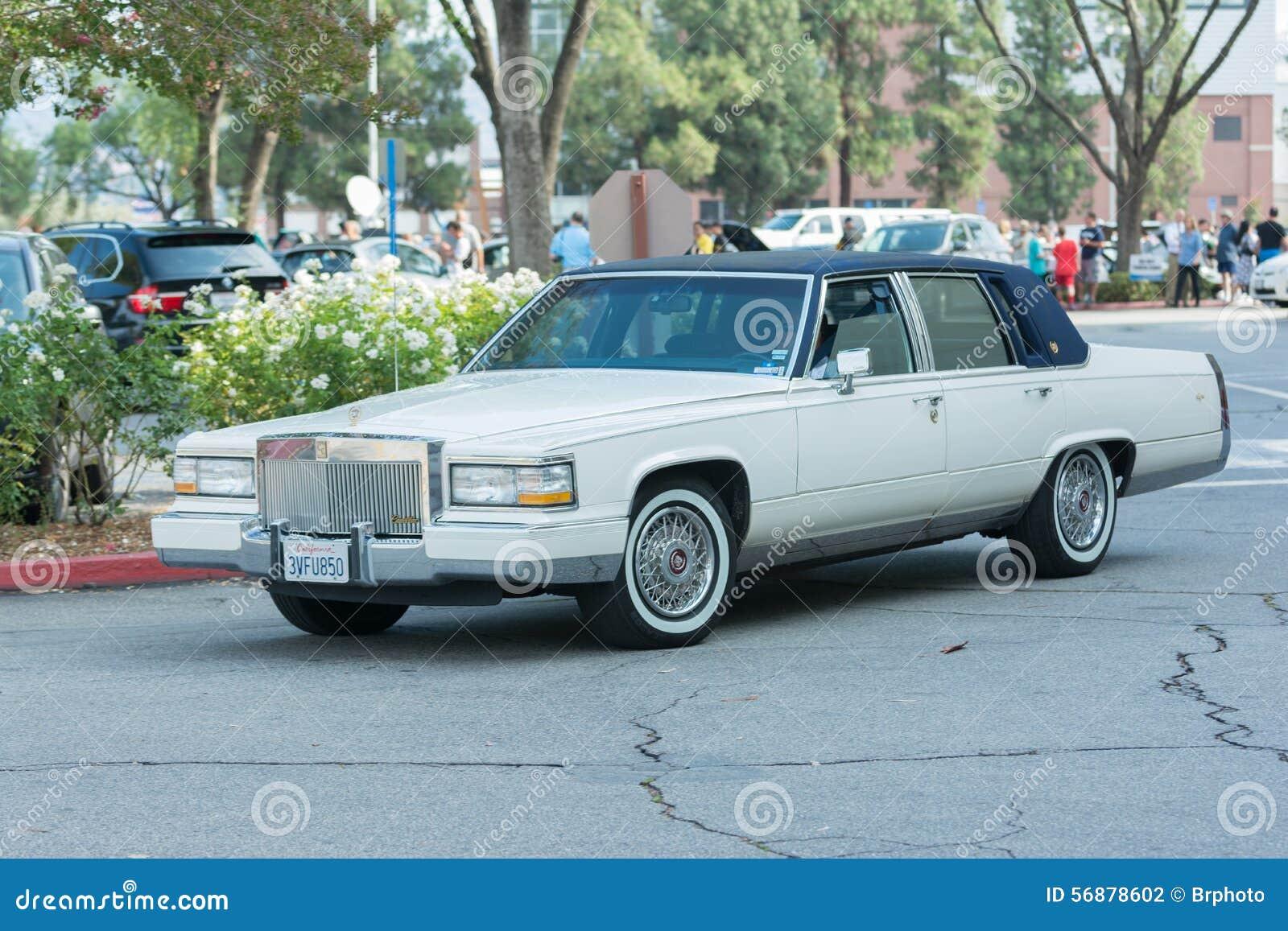 Automobile di Cadillac Siviglia su esposizione