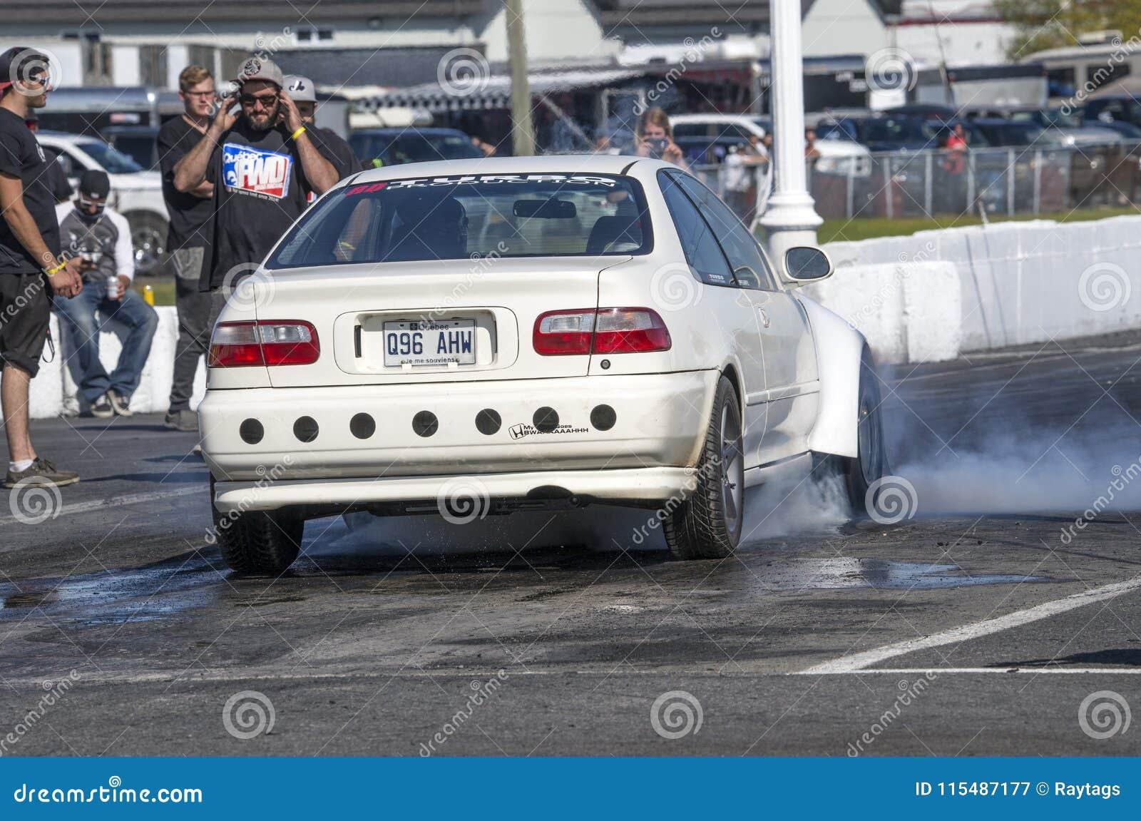 Automobile di Honda che fa un burnout sulla pista