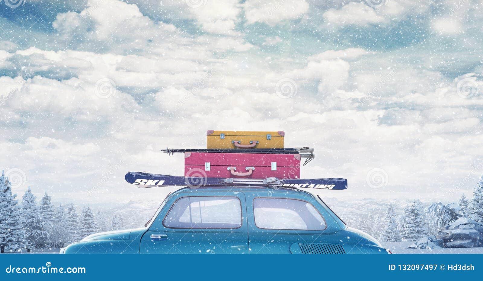 Automobile di inverno con bagagli sul tetto pronto per le vacanze estive
