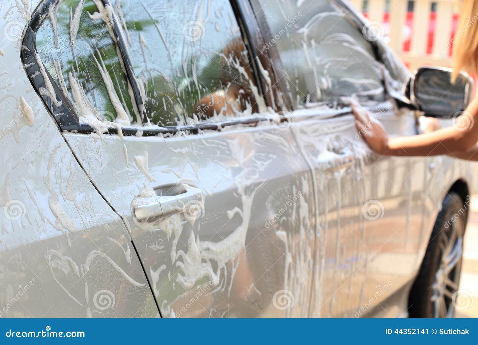 Automobile di lavaggio della spugna della tenuta della mano della donna