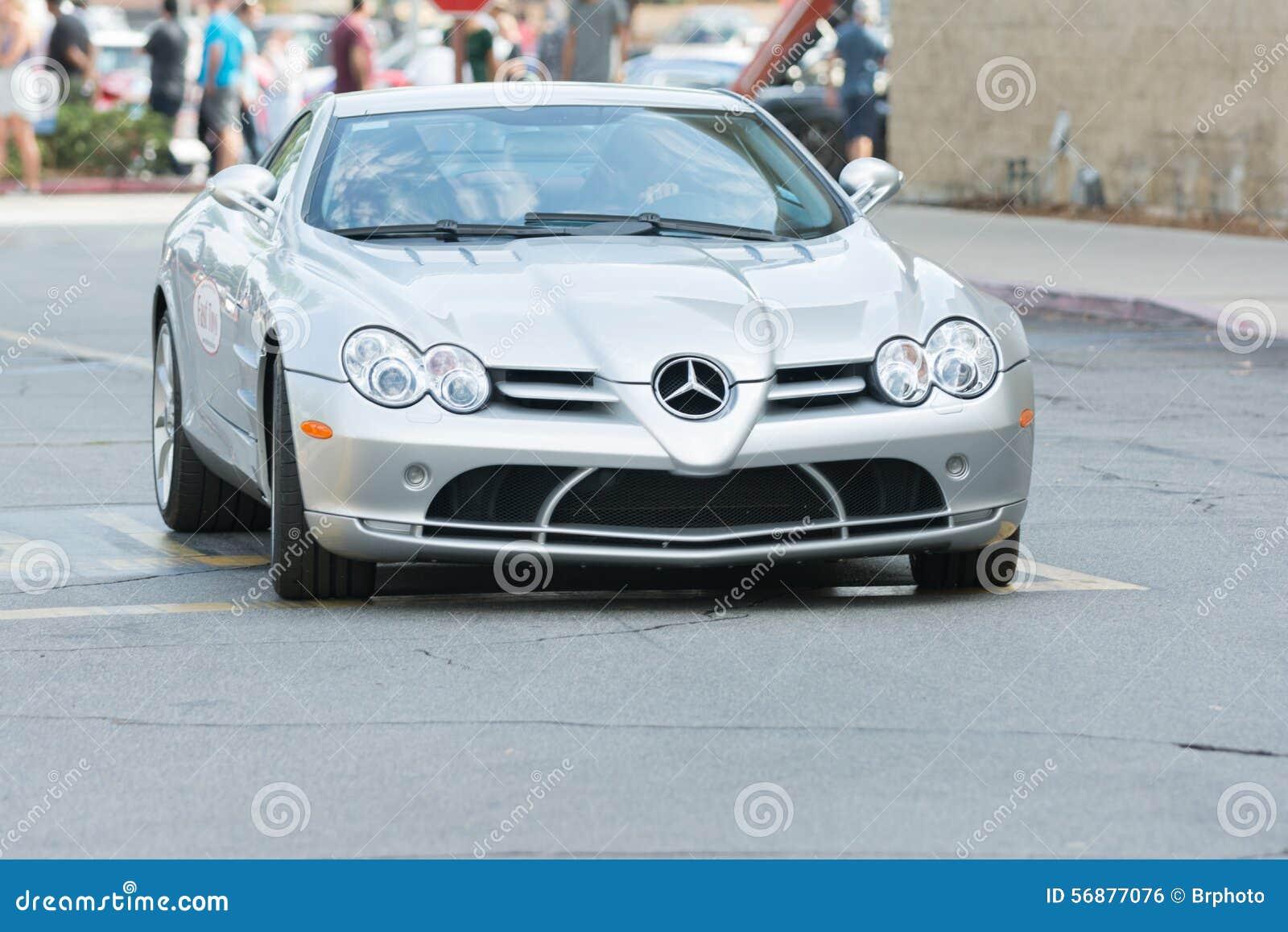 Automobile di Mercedes-Benz SL R230 Evo II su esposizione