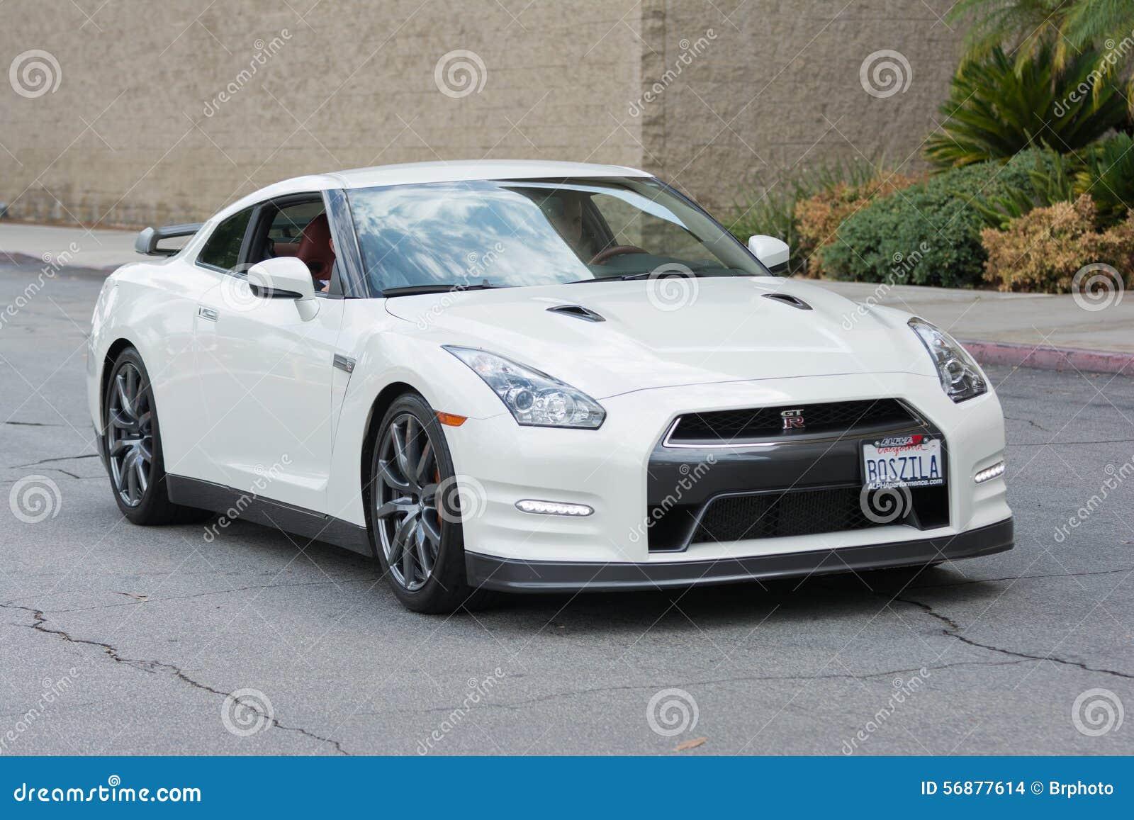 Automobile di Nissan GT-R su esposizione