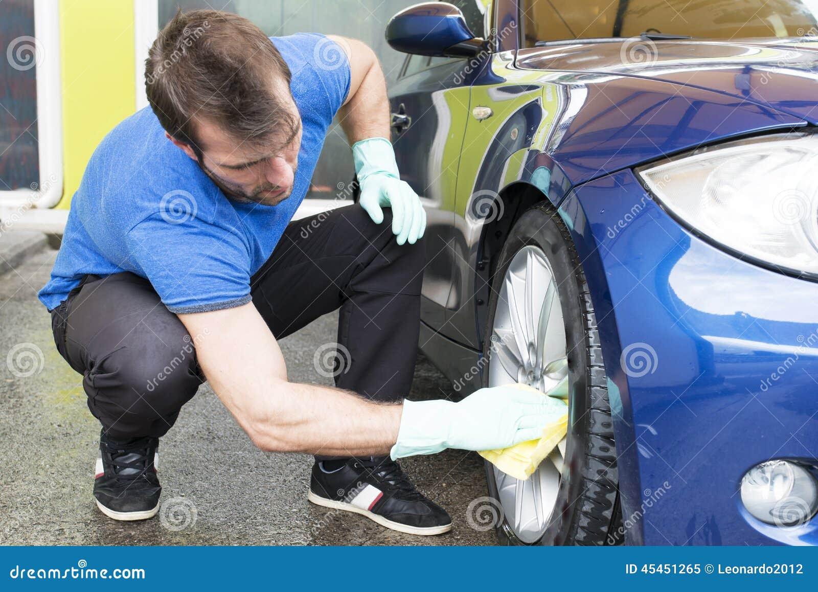 Automobile di pulizia dell uomo con lo scroccone