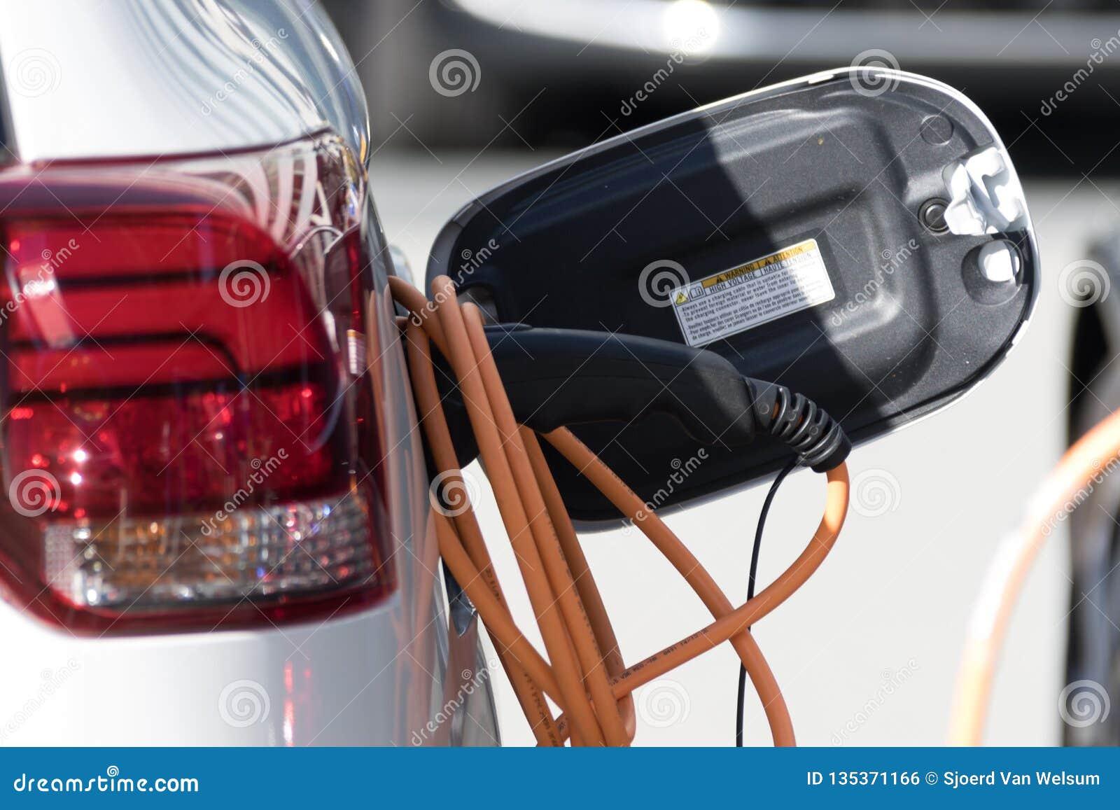 Automobile elettrica che fa pagare ad un punto di carico elettrico