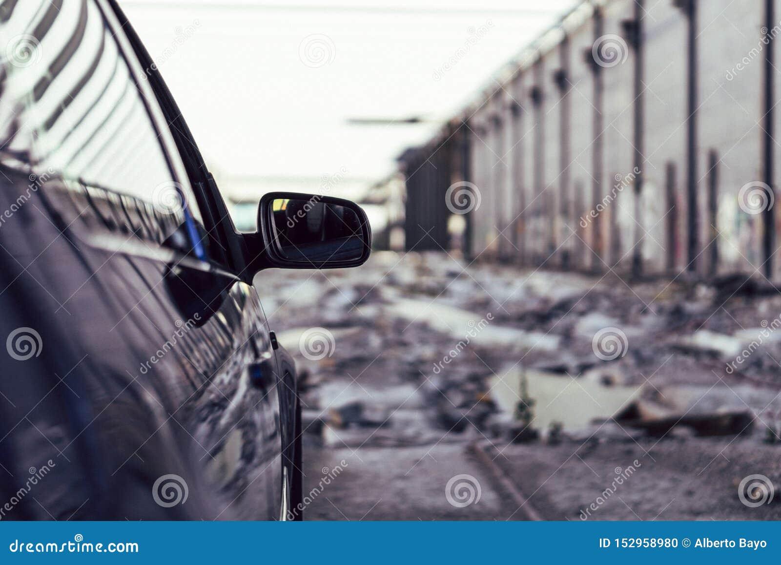Automobile lussuosa in un fondo urbano