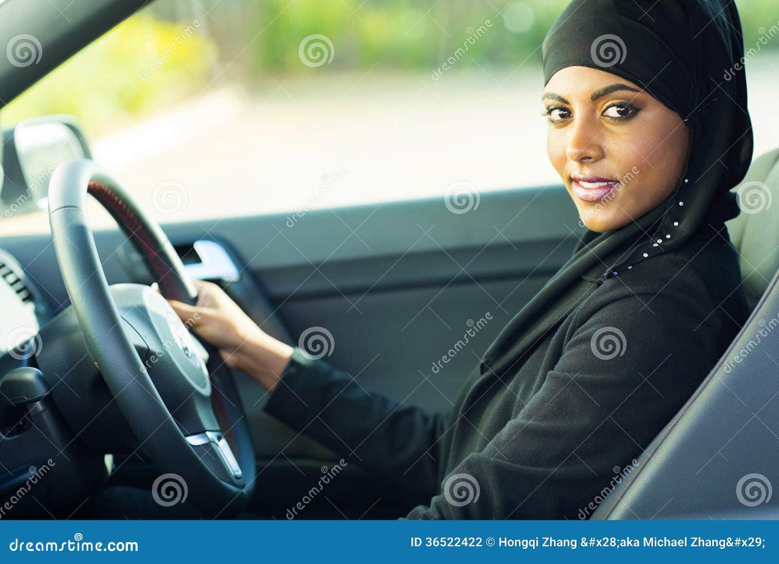 Automobile musulmana moderna della donna