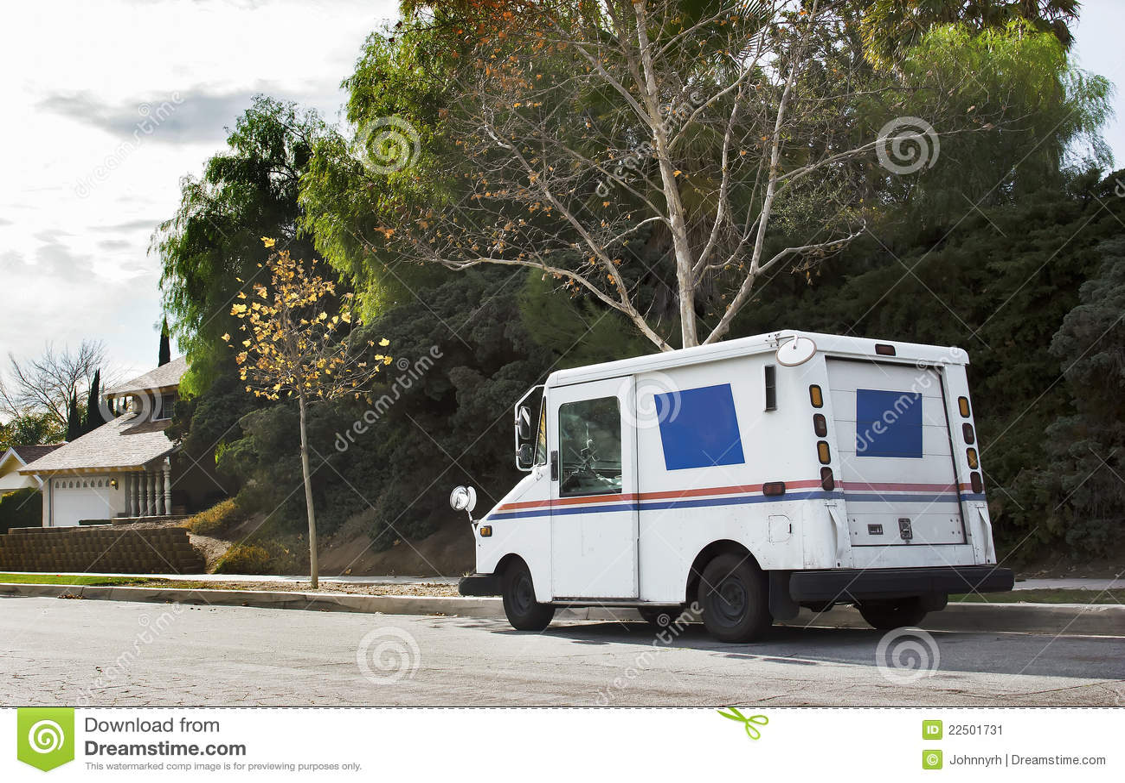Automobile postale in distretto residenziale