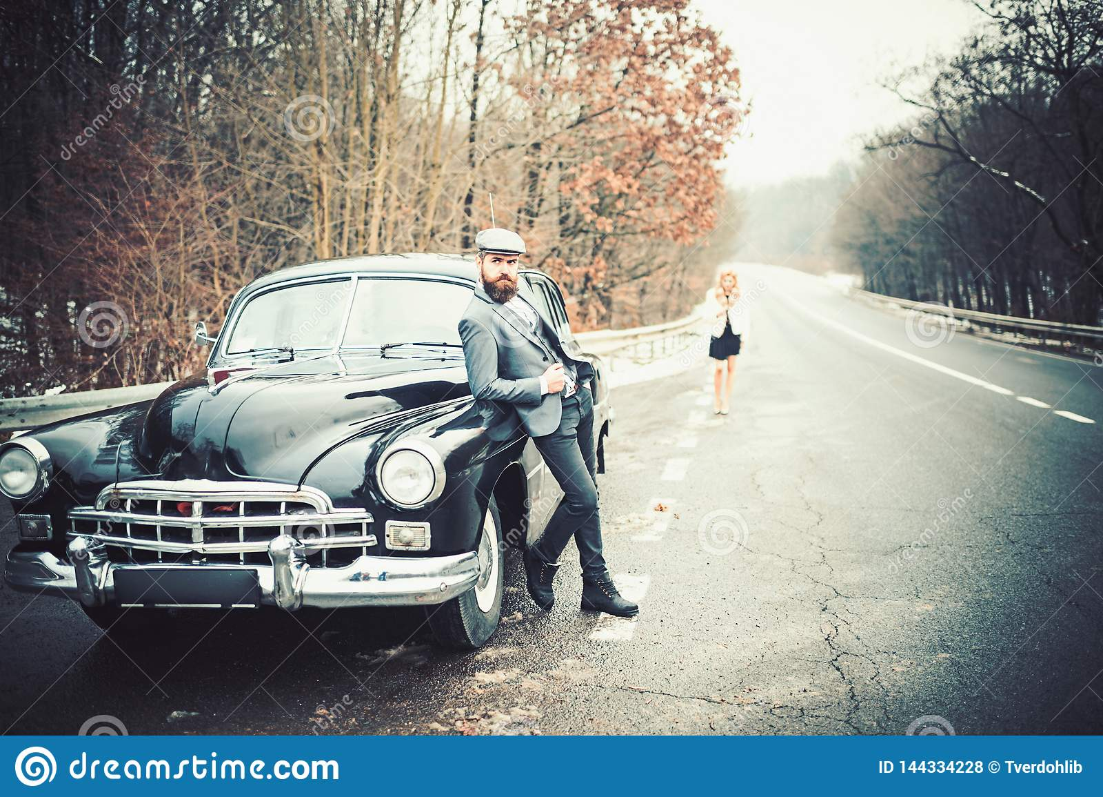 Automobile retro della raccolta e riparazione automatica dall autista del meccanico Coppie nell amore alla data romantica Viaggio