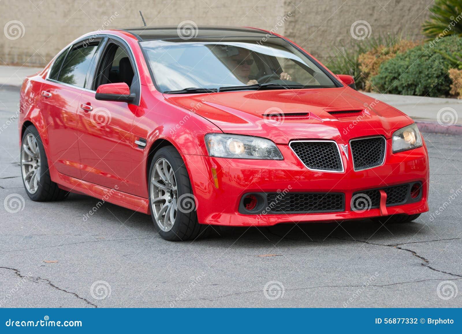 Automobile rossa di Pontiac G8 su esposizione