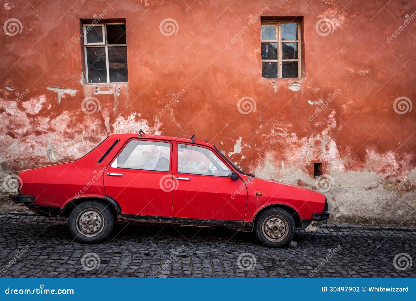 Automobile rumena molto vecchia