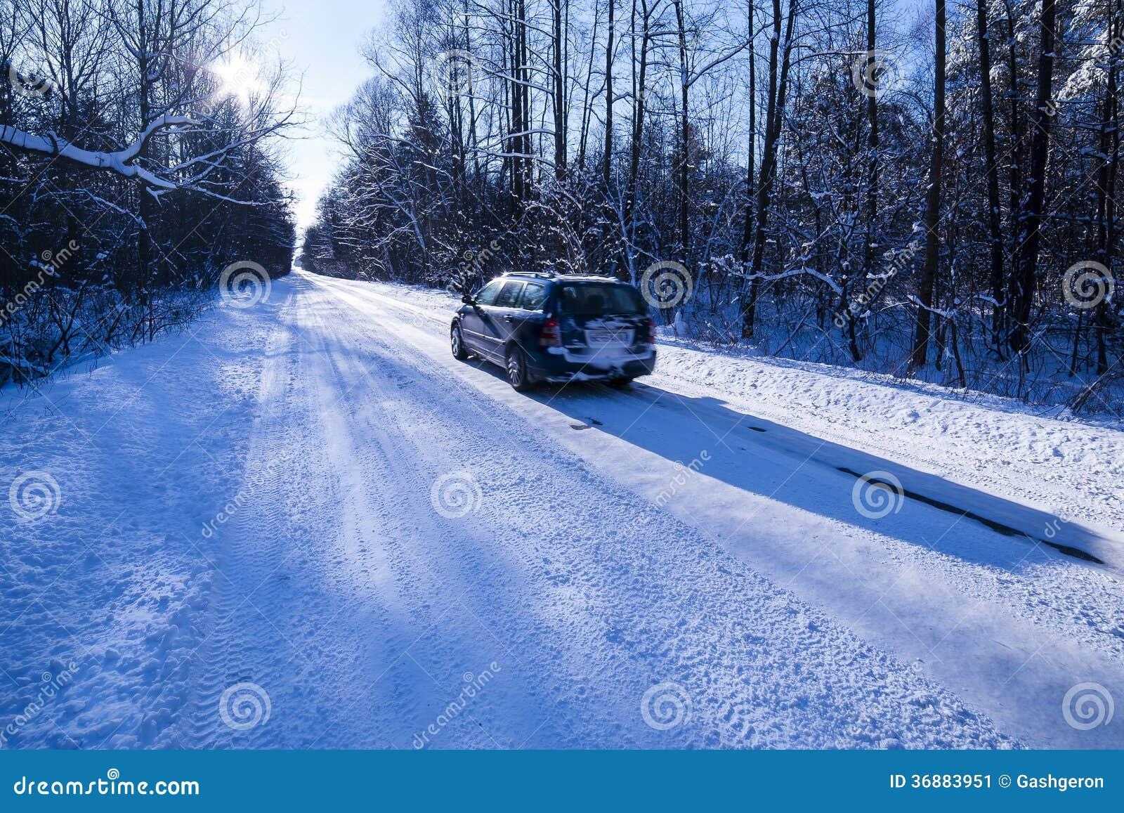 Download Automobile Su Una Strada Pericolosa Coperta Di Neve E Di Ghiaccio. Immagine Stock - Immagine di sdrucciolevole, nevoso: 36883951