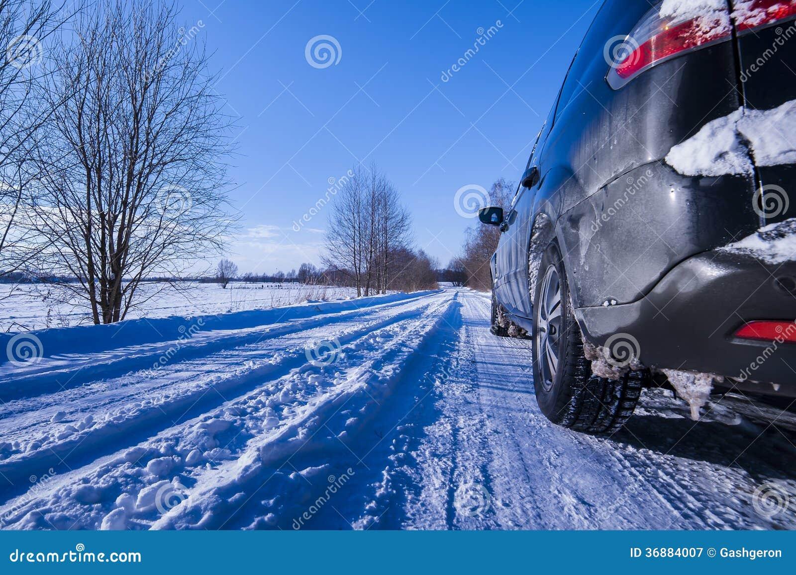 Download Automobile Su Una Strada Pericolosa Coperta Di Neve E Di Ghiaccio. Immagine Stock - Immagine di pulito, congelato: 36884007