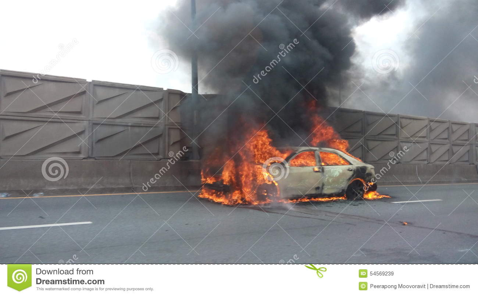 Automobile sulla via di incidente di fuoco
