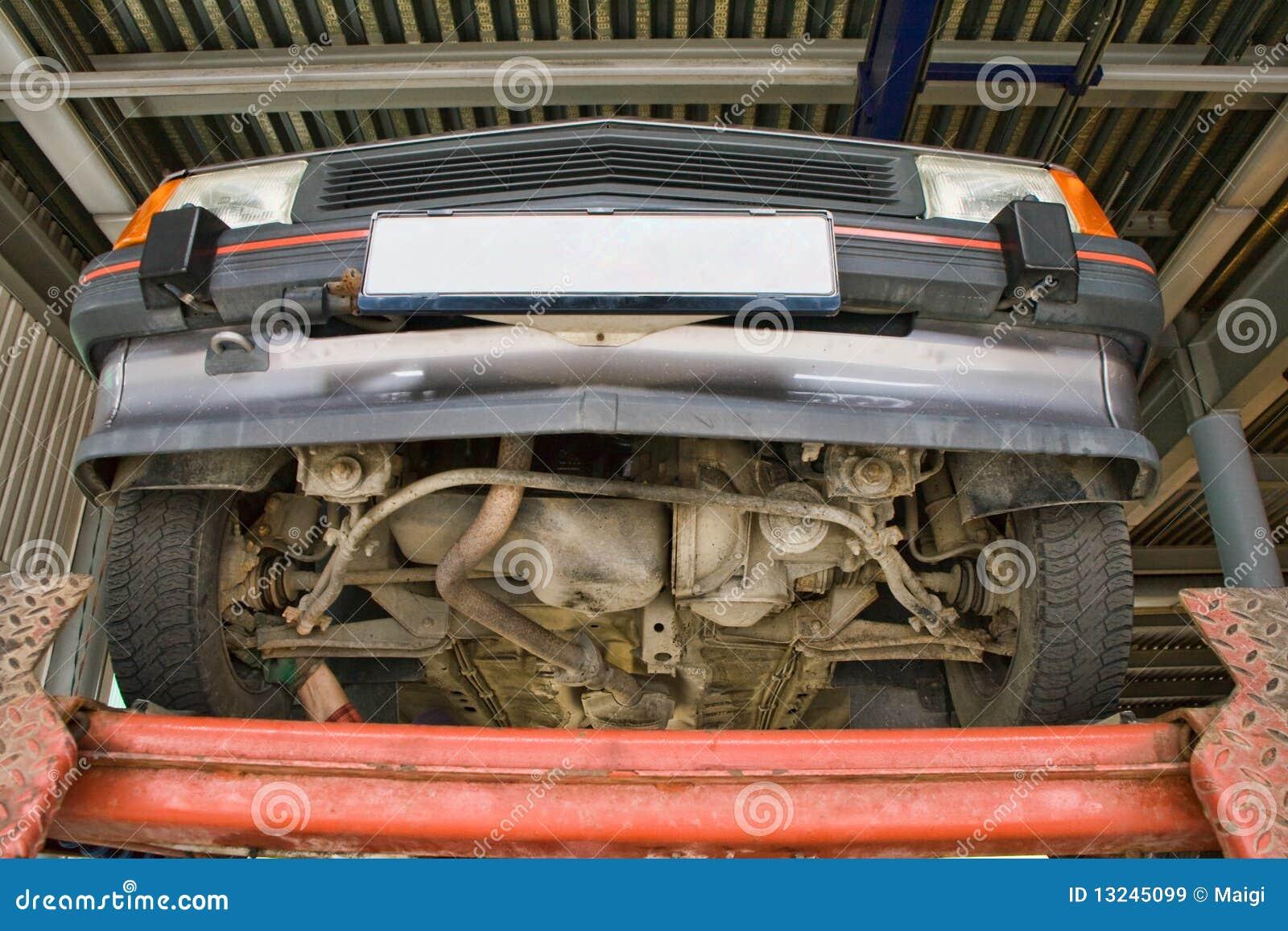 Automobile sur le levage de véhicule