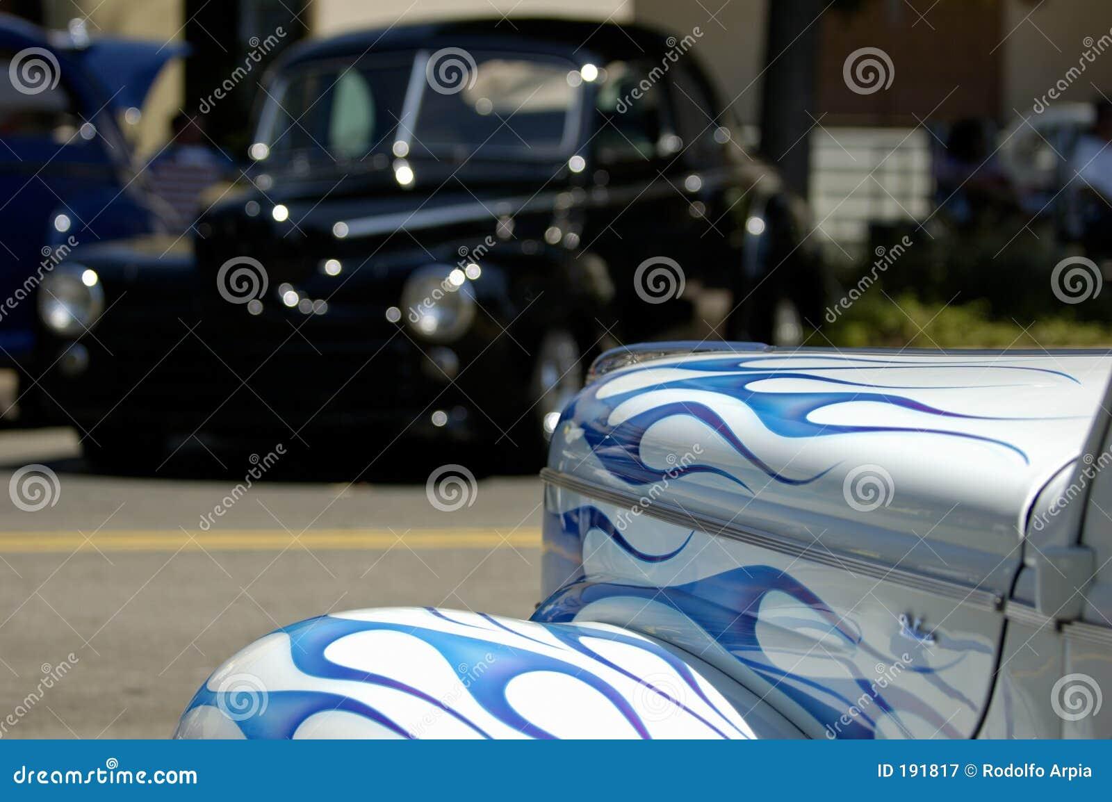 Automobili classiche che si affrontano
