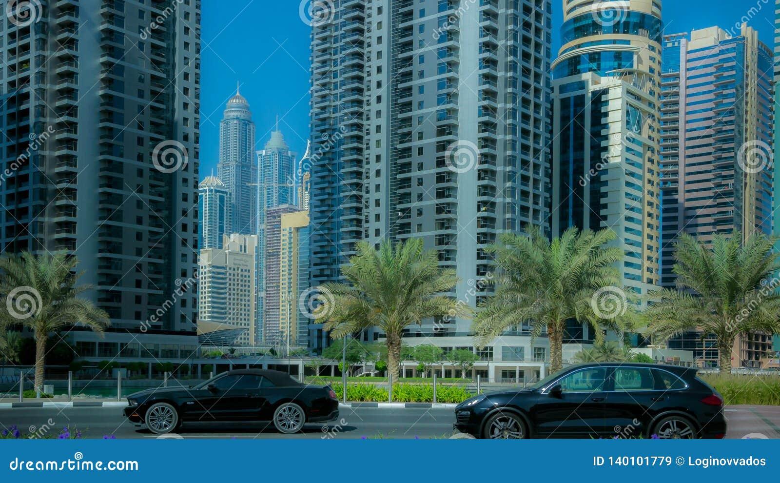 Automobili di traffico nella città di affari