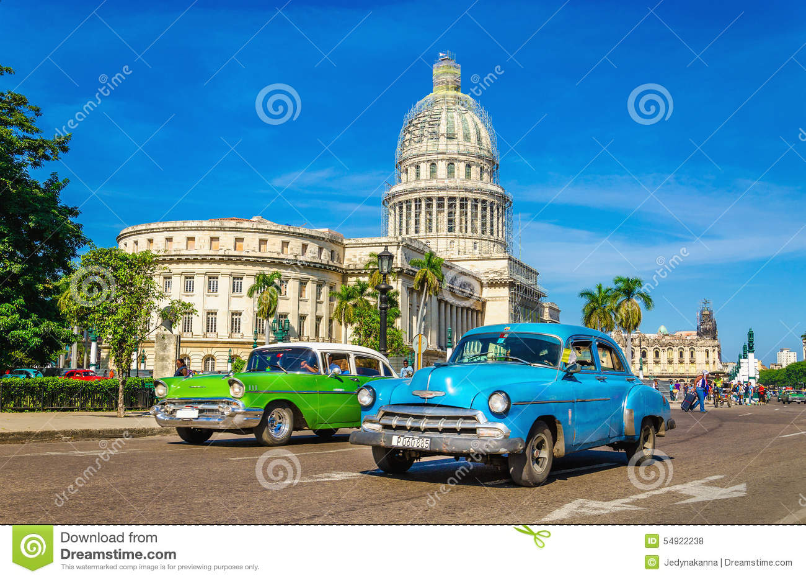 Automobili e Campidoglio americani classici a Avana, Cuba