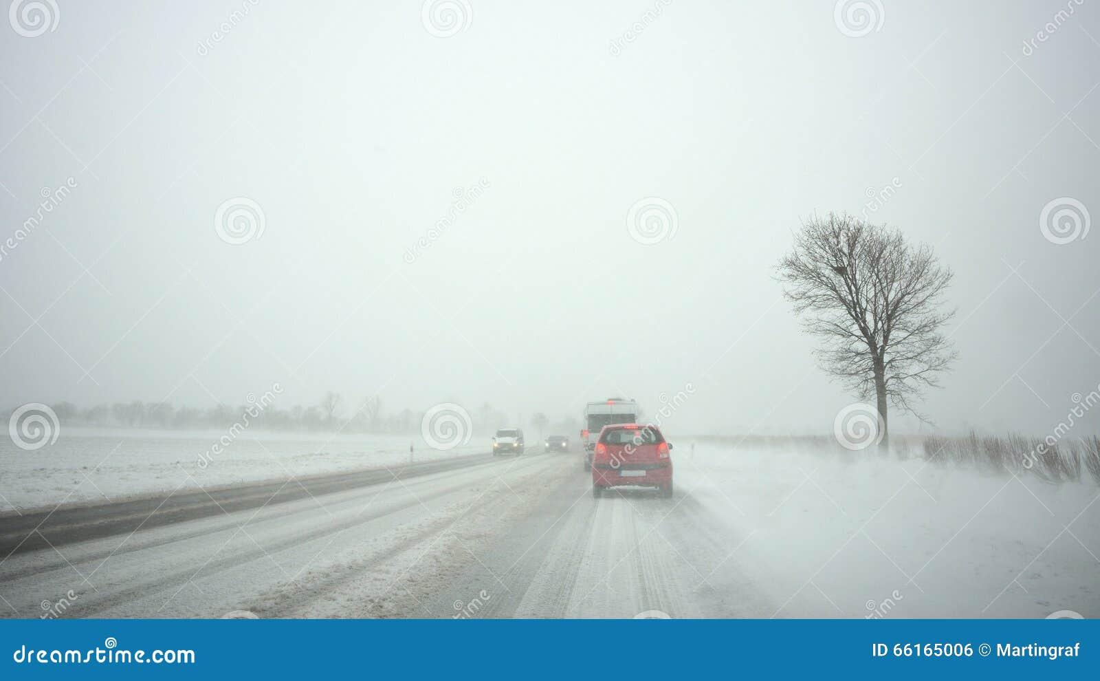 Automobili sulla strada principale dalla bufera di neve