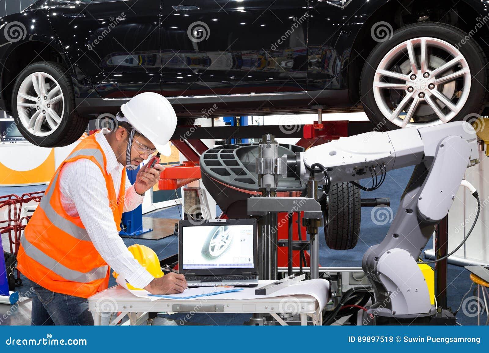 Automobilowy inżynier z pomocy inspec mechanicznym nowożytnym samochodem