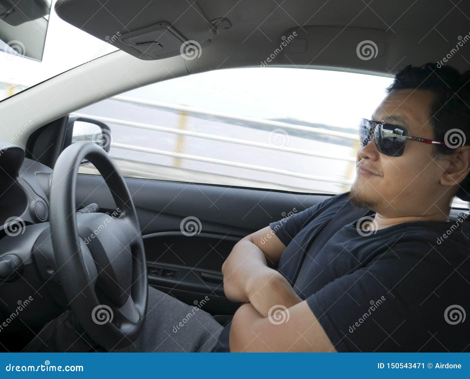 Autonome ou individu conduisant le concept de voiture