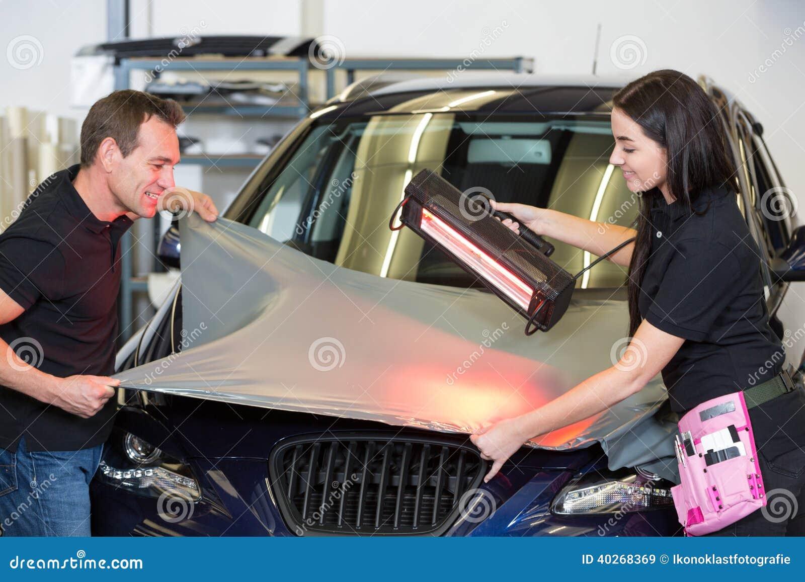 Rood Licht Lamp : Autoomslagen die rood lichtlamp gebruiken om vinylfilm af te