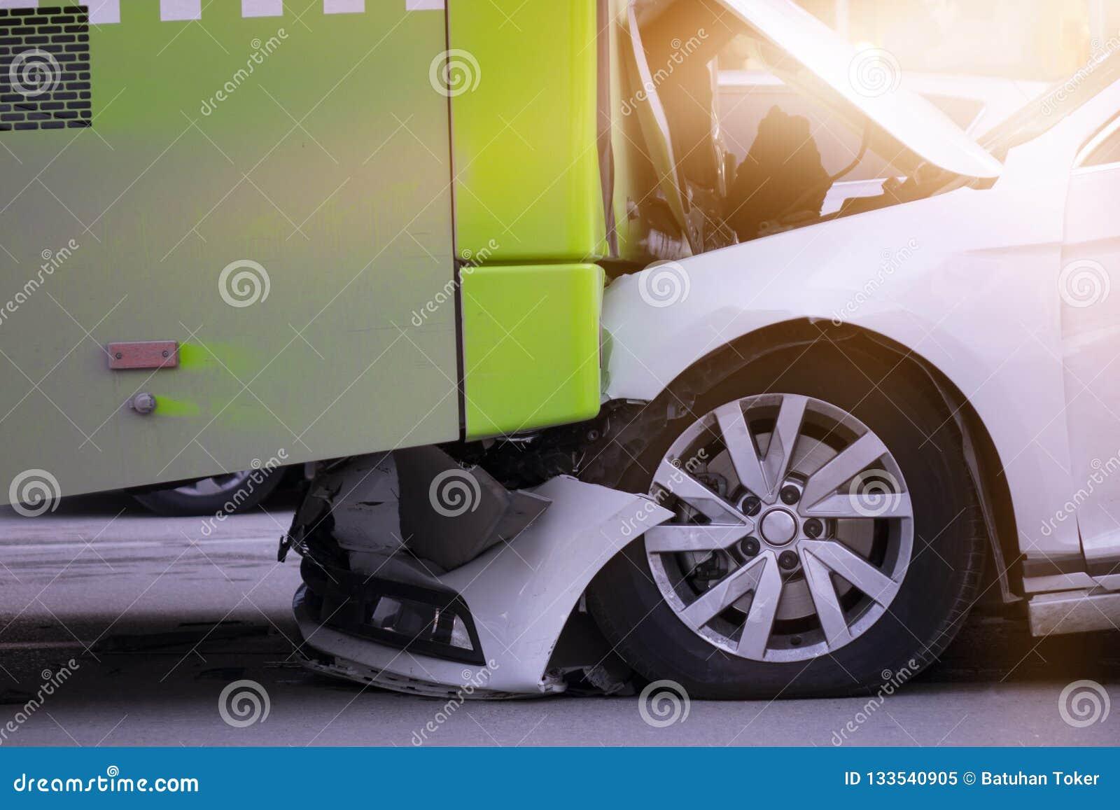 Autoongeval en een passagiersbus