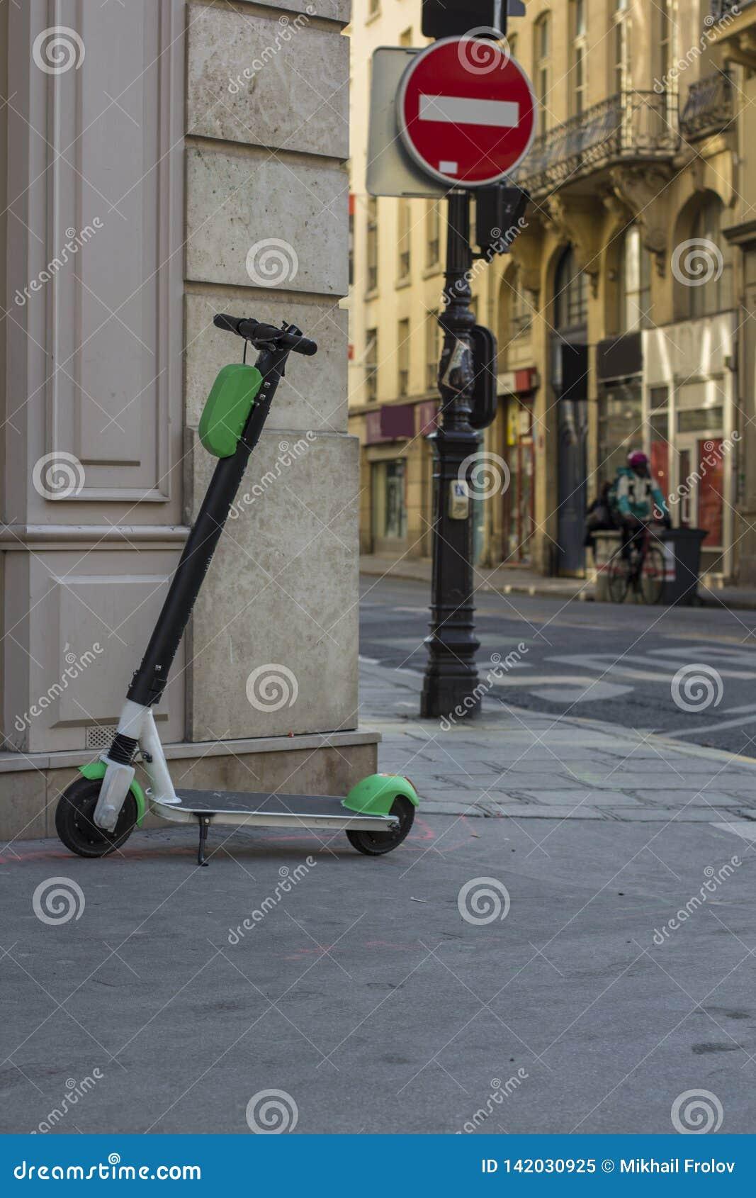 Autoped het kicksharing op de stoep De stad van Parijs