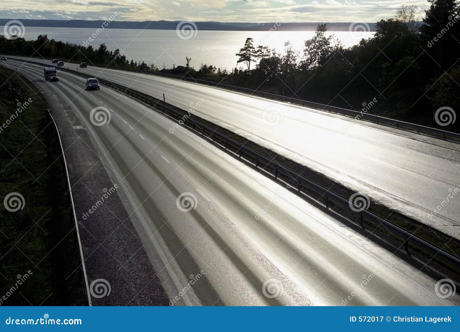 Autopista en puesta del sol