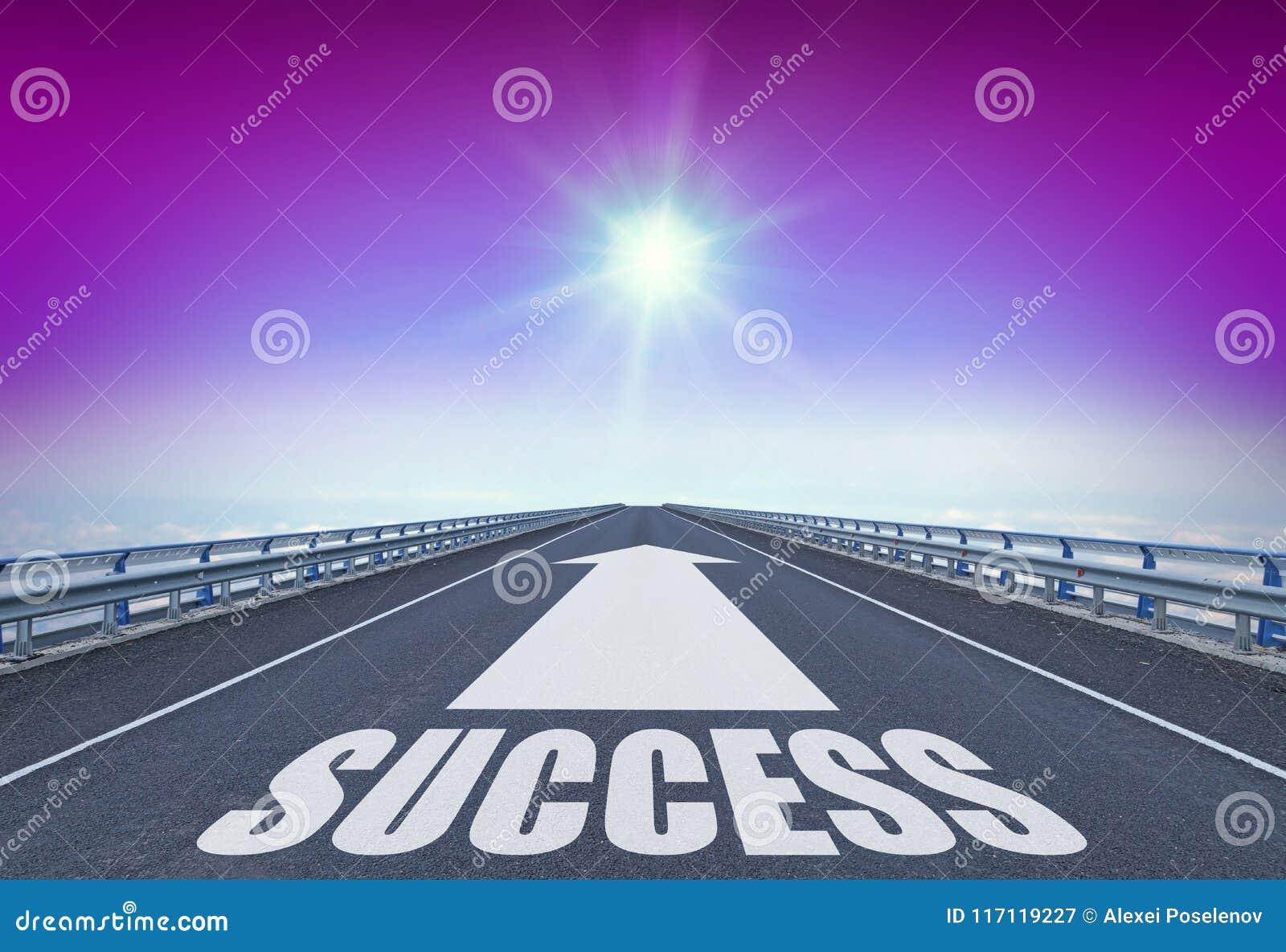 Autopista recta con un éxito delantero de la flecha y del texto