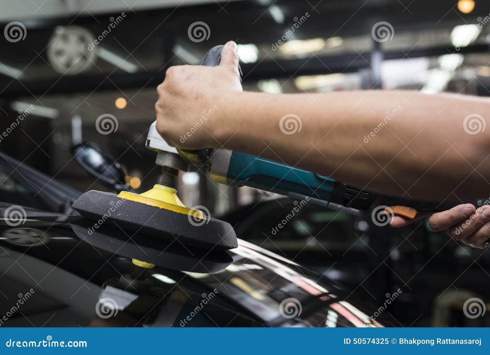 Autopolier-Reihe: Arbeitskraft, die blacke Auto einwächst