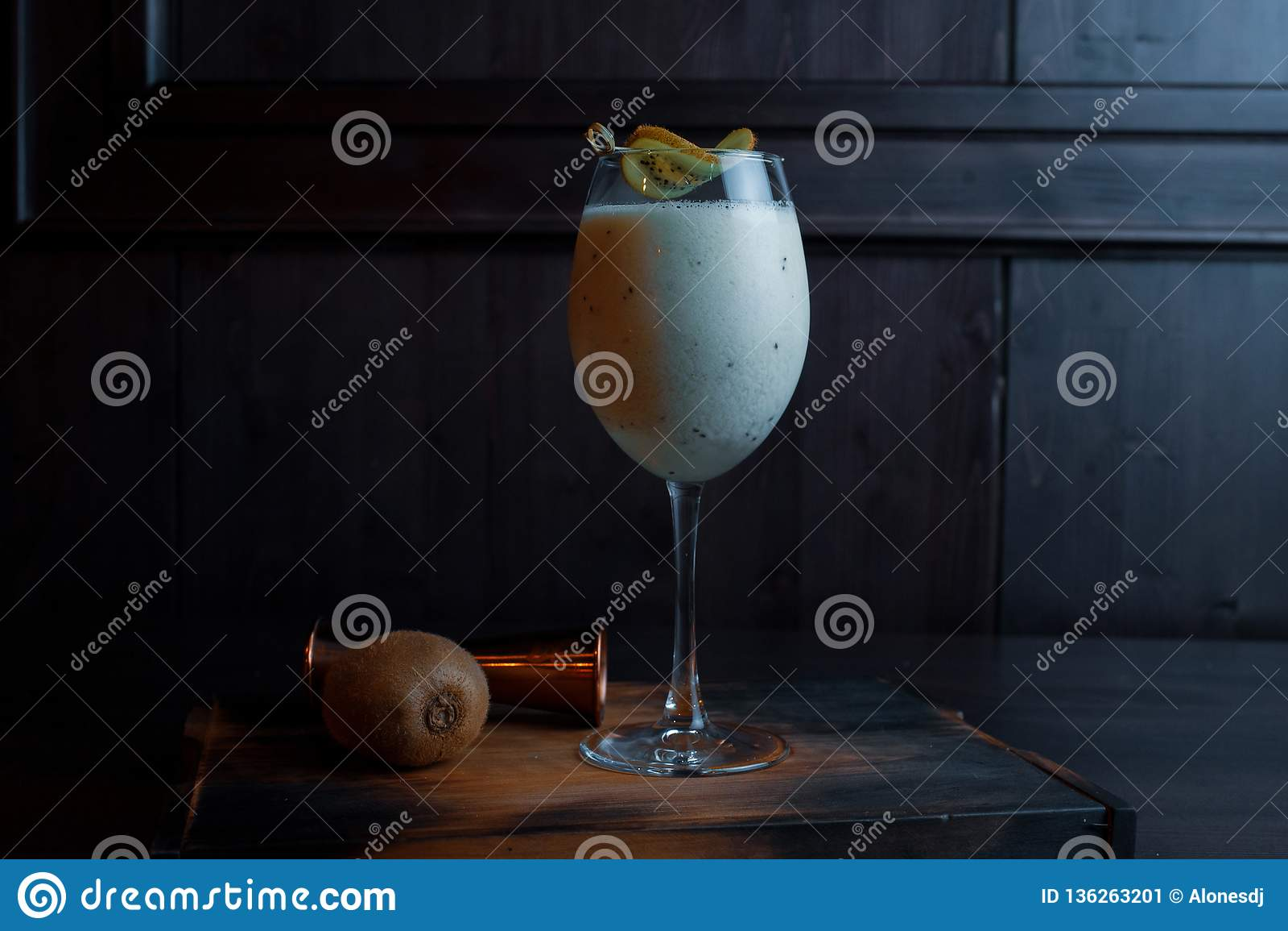 Autora nabiału alkoholiczny koktajl z Pinot i koksu syropem dekorował z plasterkiem kiwi stojaki w eleganckim szkle
