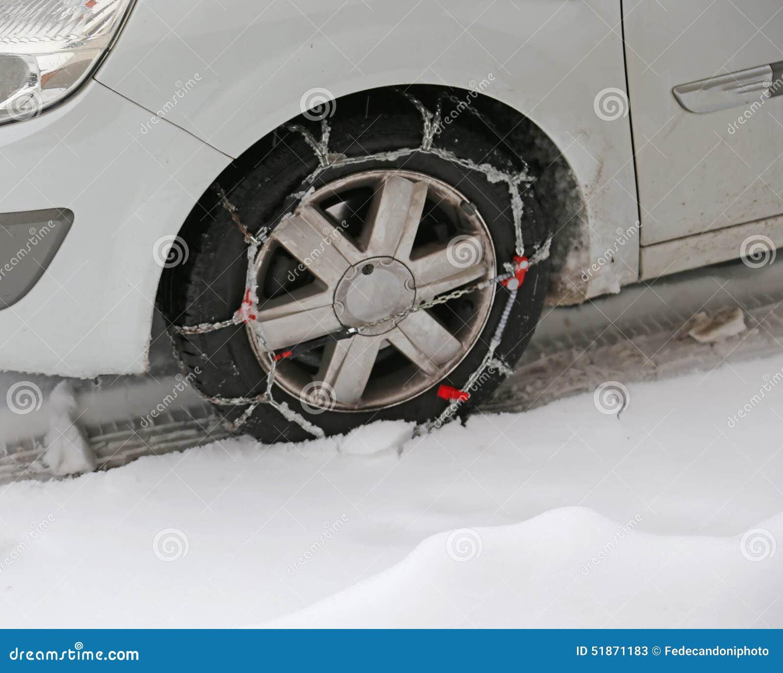Autoreifen mit Schneeketten im Winter