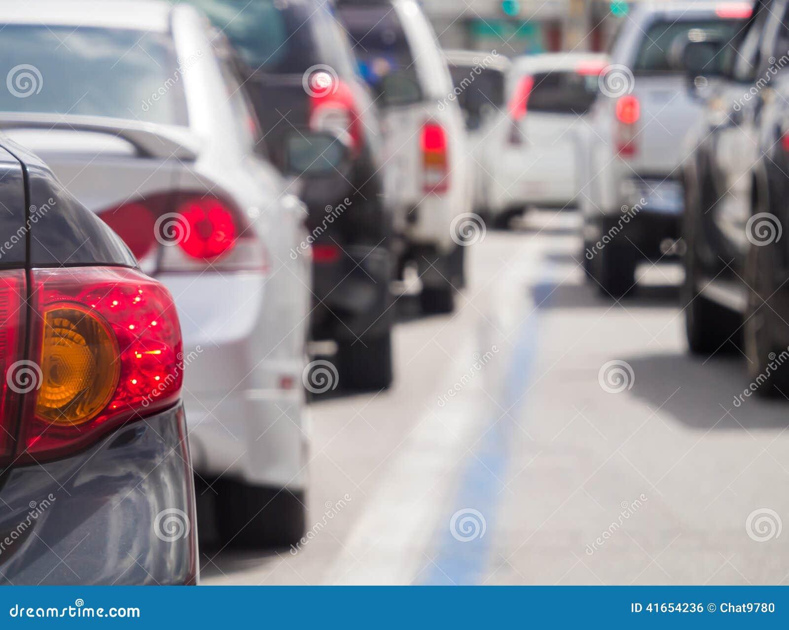 Autoreihe in der schlechten Verkehrsstraße