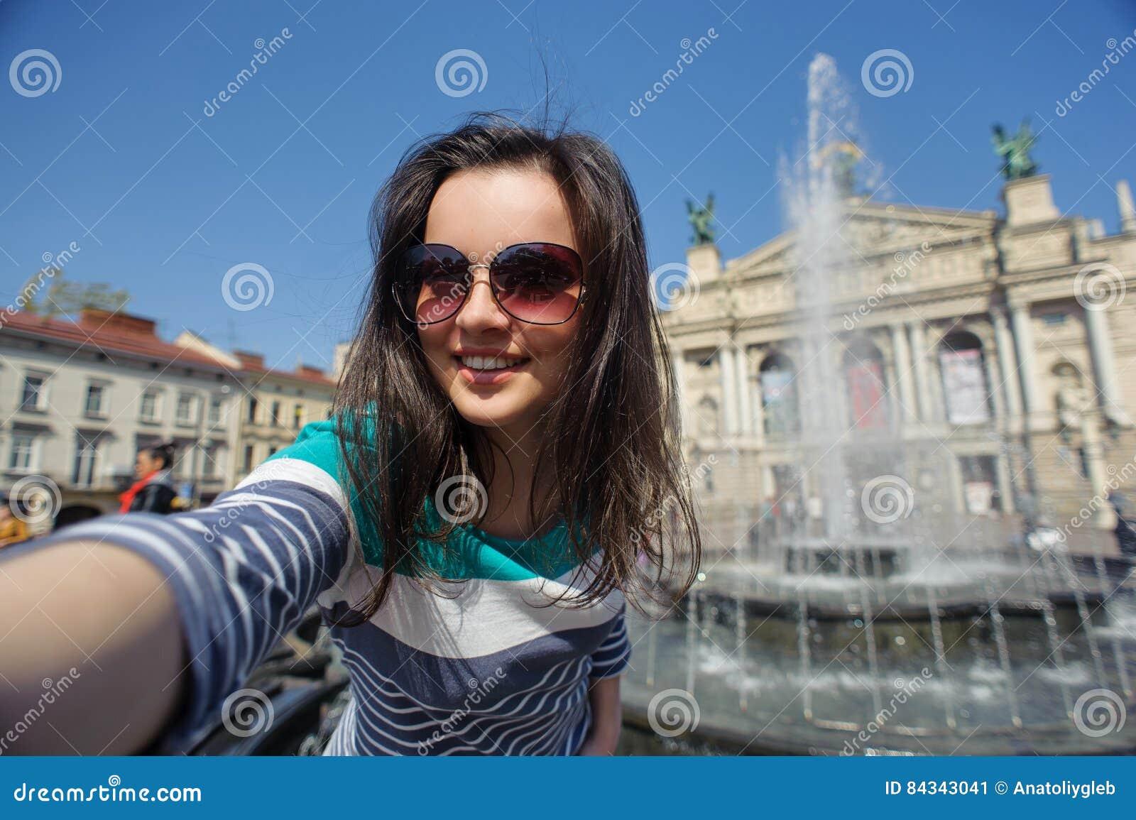 Autoritratto di una ragazza in vetri immagine stock - Colorazione immagine di una ragazza ...