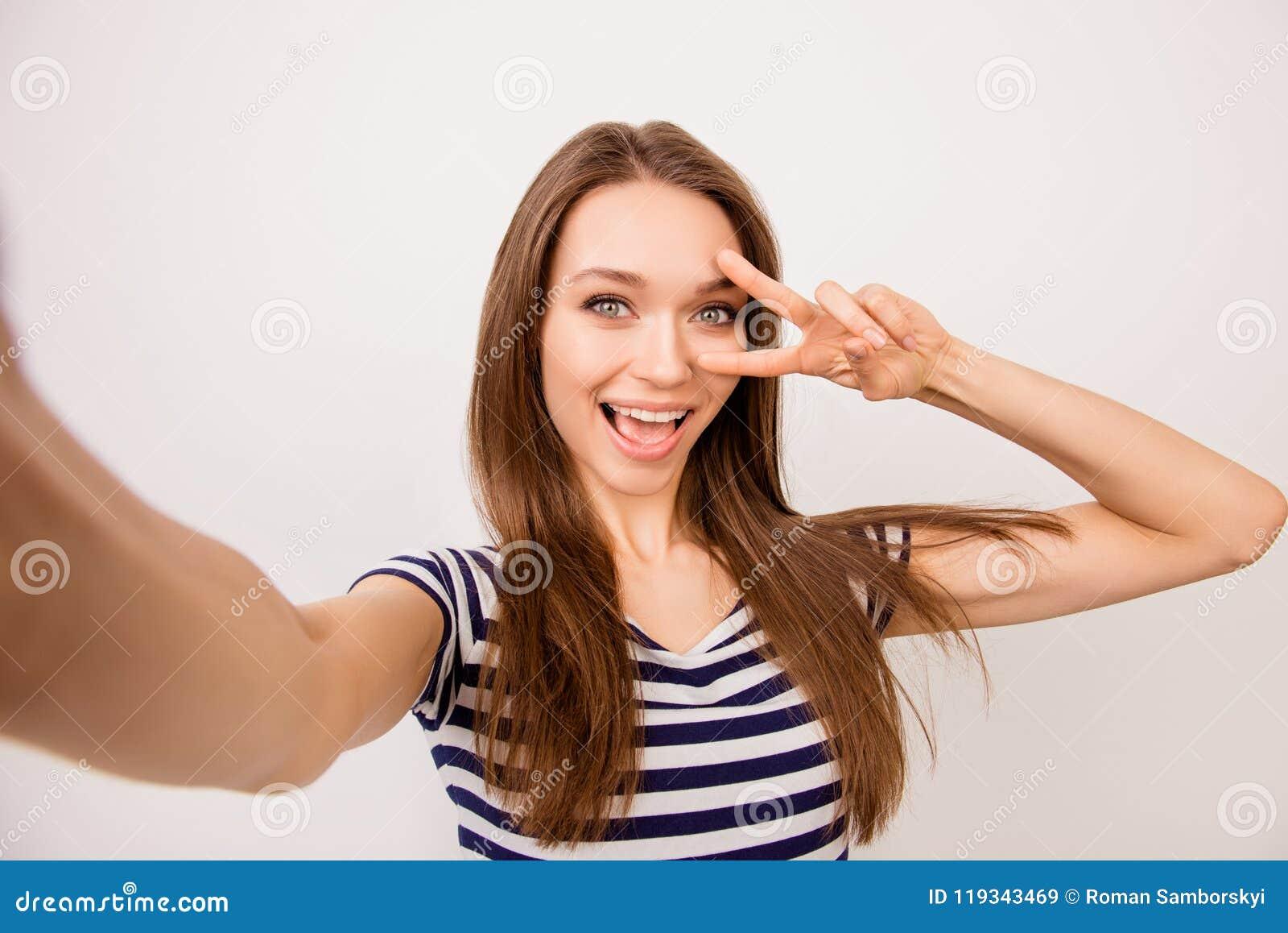 Autorretrato da menina de sonho consideravelmente de riso em t-shir listrado