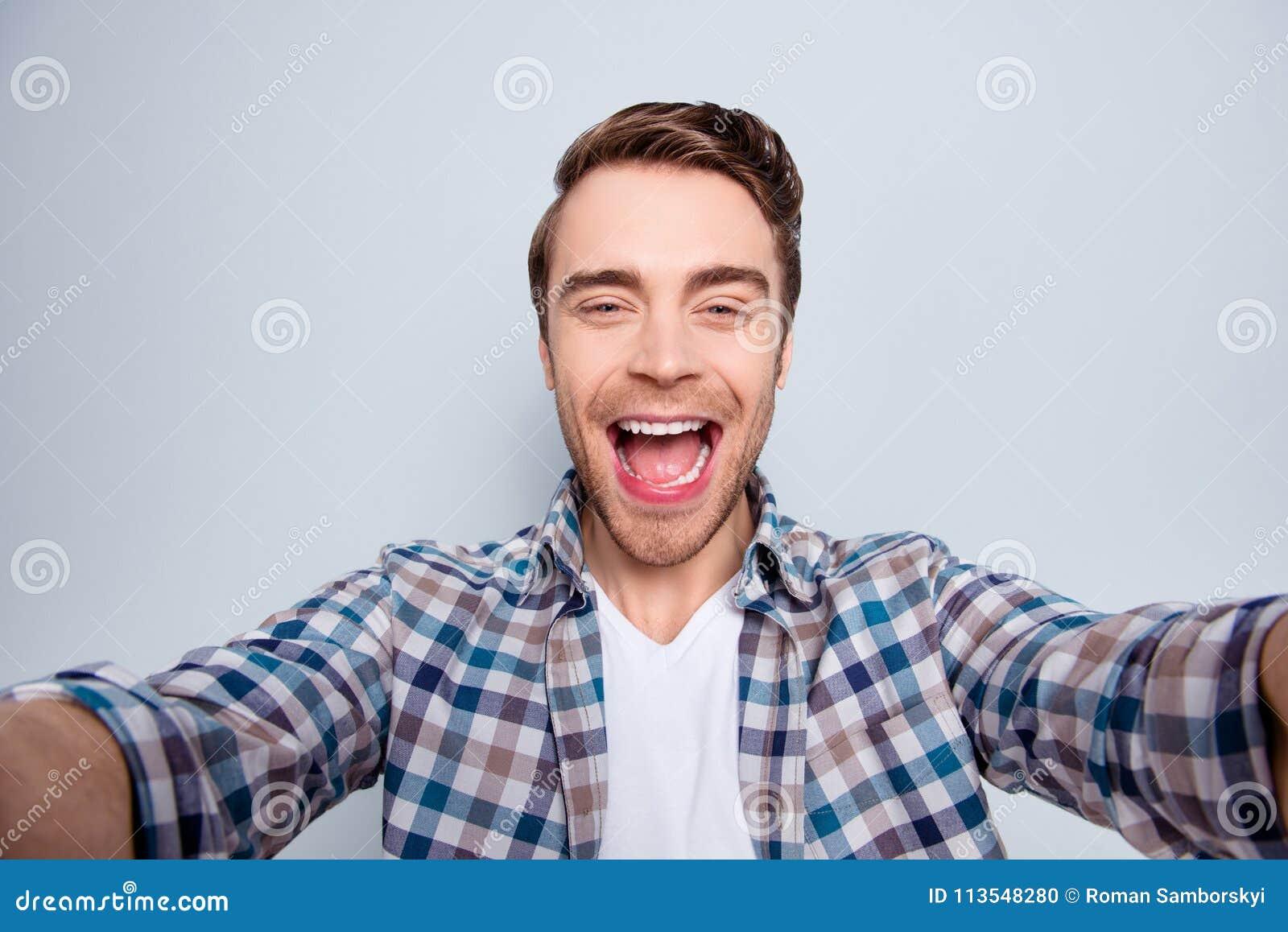 Autorretrato do indivíduo farpado, alegre, engraçado, feliz no ocasional