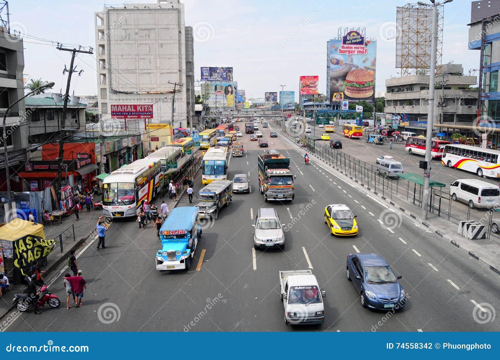 Autos, die auf Straße an EDSA in Manila, Philippinen laufen