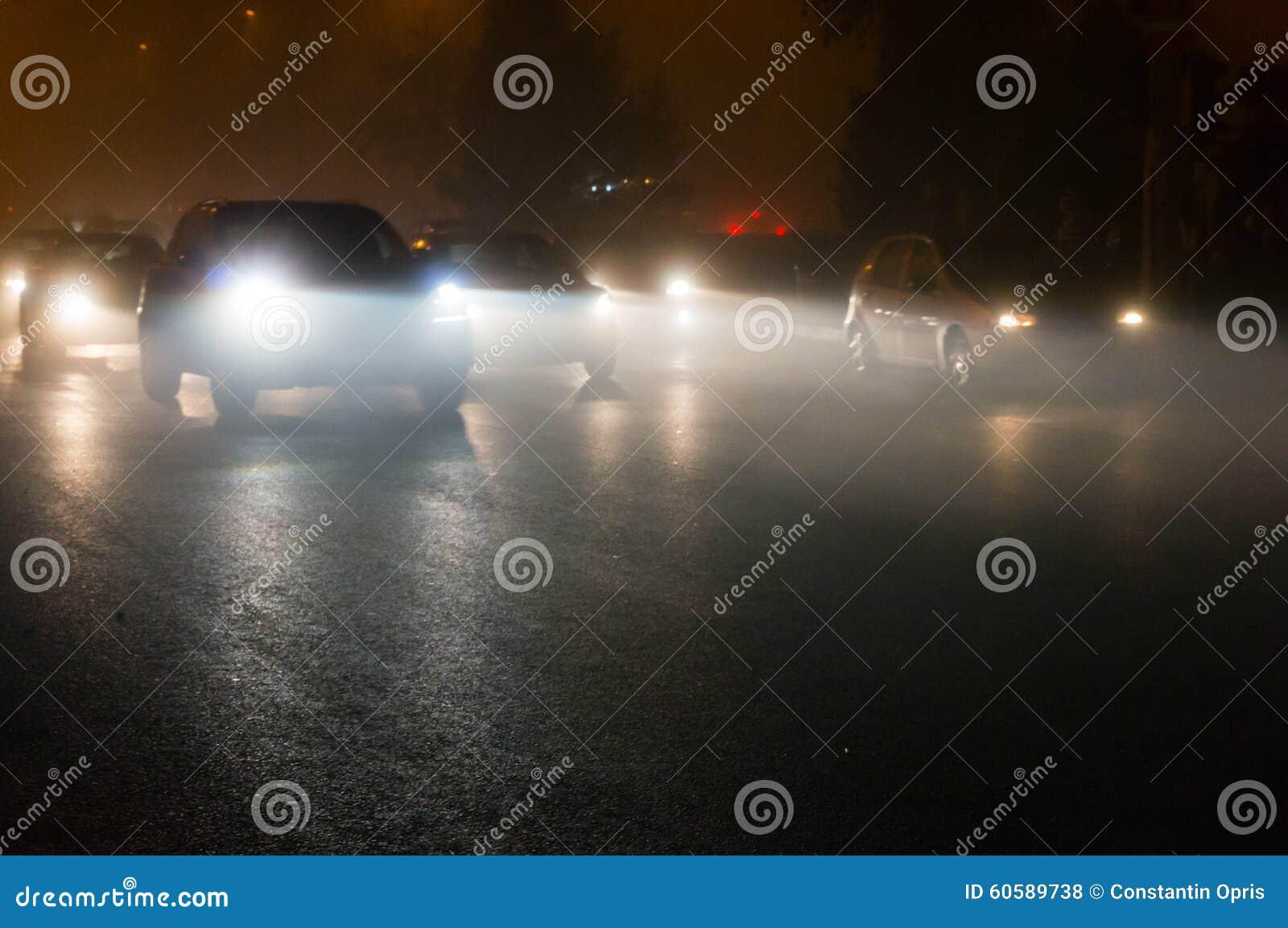 Autos im Verkehr nachts