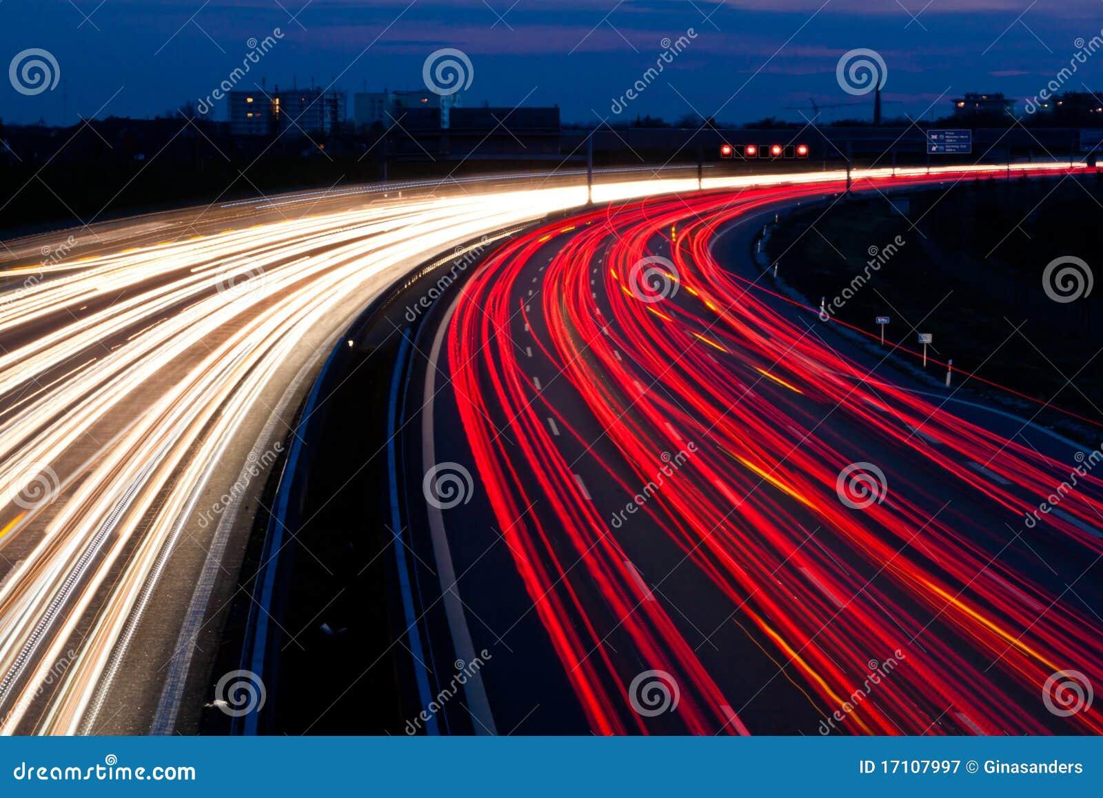 Autos waren in der Nacht auf einer Datenbahn